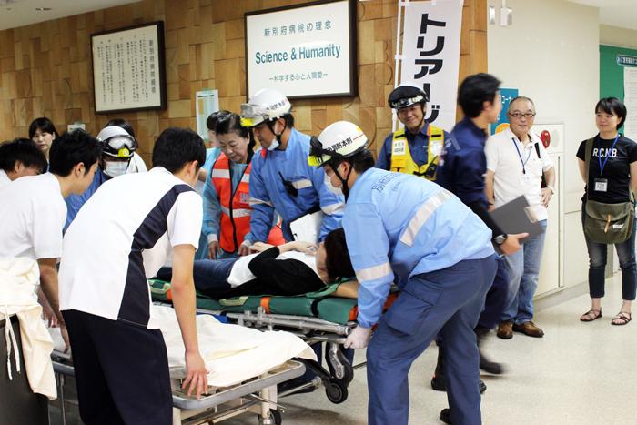 院内災害訓練④:救急隊により運び込まれる重症患者.JPG