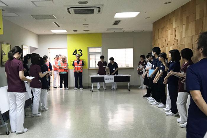 院内災害訓練①:地震発生。院内スタッフを招集し、災害モードに向け打合せ中。.jpg
